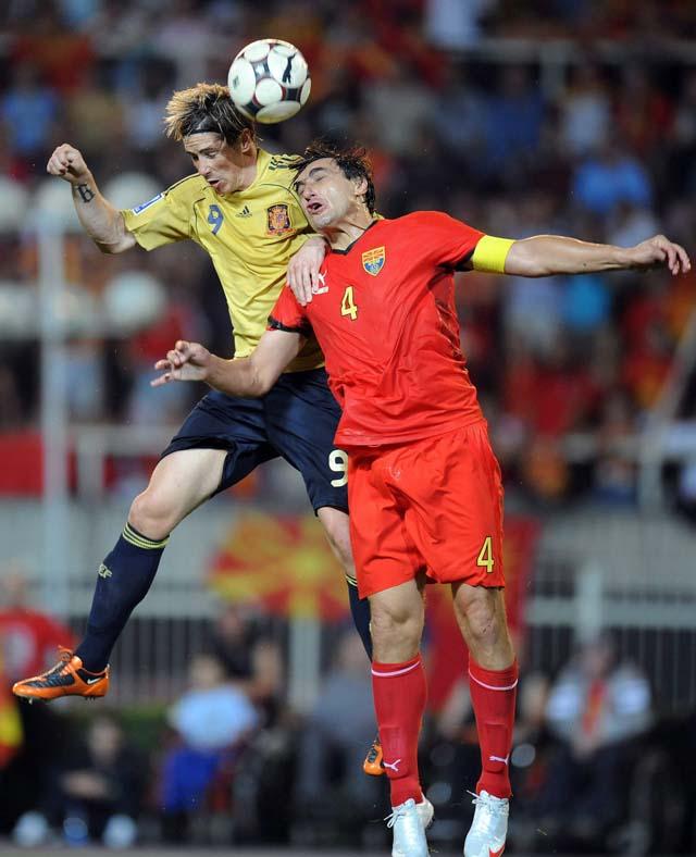 España remonta y dedica la victoria a Jarque (2-3)
