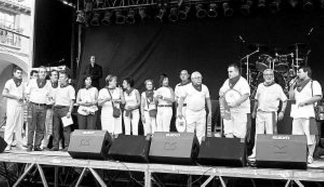 Casi cien participantes compiten en un campeonato de mus y chinchón en Viana