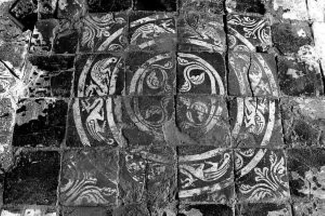 Las excavación en el castillo de Tiebas revela un conjunto de azulejos medievales