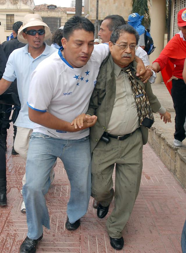 El vicepresidente del Parlamento hondureño es zarandeado por seguidores de Zelaya