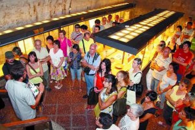 Unas 240 personas visitan las excavaciones del antiguo edificio de Sementales de Tudela
