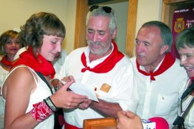 Alfredo León Mañú recibió el premio como ganador del cartel de fiestas
