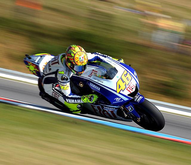 Rossi se hace con la 'pole' en MotoGP pero se va al suelo