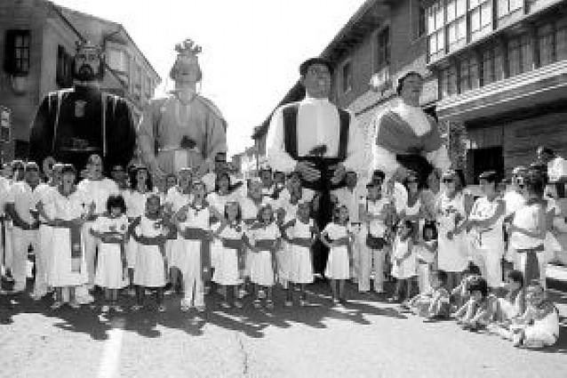 Jotas y albahaca en la procesión a Santa Ana