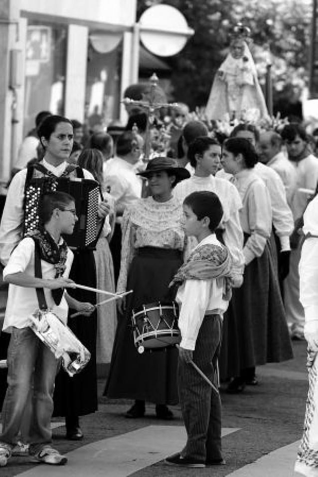 Sol, música y danzaris arropan a la Asunción