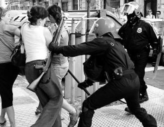 """La """"Ertzaintza"""" impide una marcha a favor de los presos en San Sebastián"""