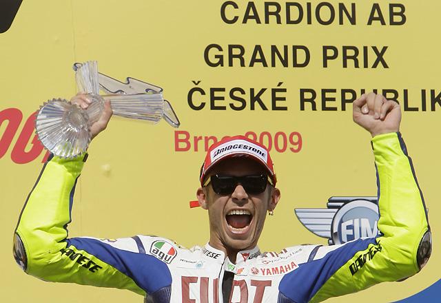 Lorenzo le entrega en bandeja la victoria a Rossi en el circuito de Brno