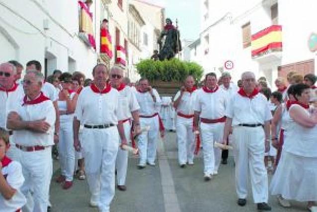 Los vecinos pasean a su patrón, san Roque, entre albahaca