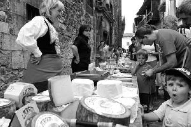 """El queso """"toma"""" las calles de Roncal"""