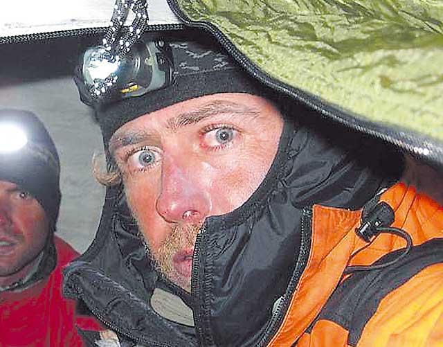 El equipo de rescate de Óscar Pérez comienza el descenso desde el campamento base del Latok II bajo nieve
