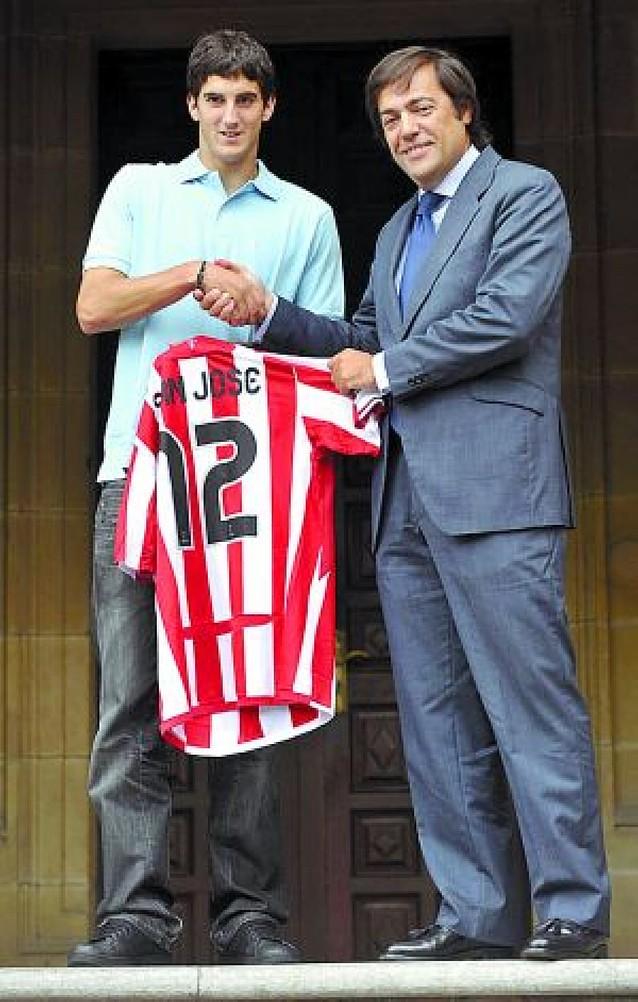 El Athletic presentó ayer al villavés Mikel San José