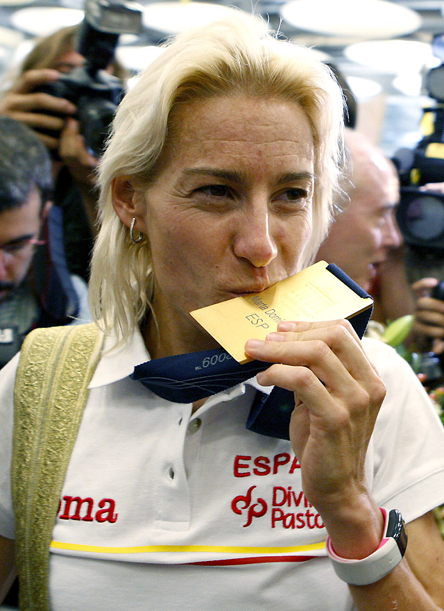 Marta Domínguez llega a España feliz y aclamada por familiares y vecinos