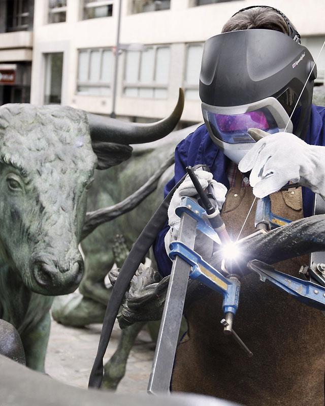 Vuelven a colocar el rabo a uno de los toros de la escultura de Sanfermines
