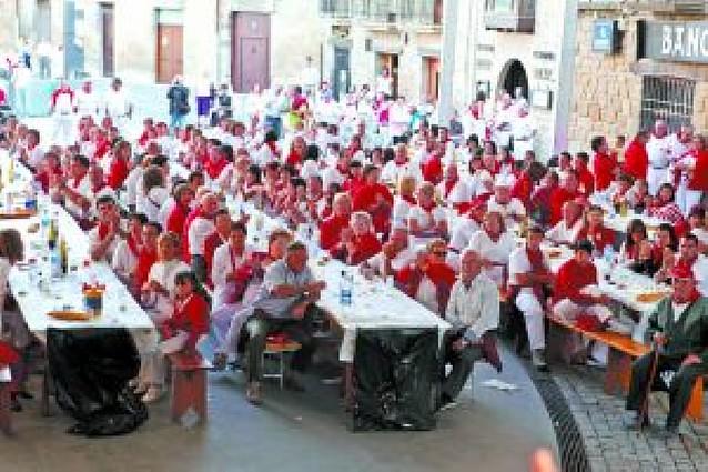300 personas en la comida popular de Olite servida por los jóvenes