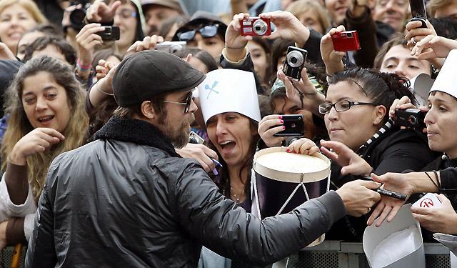Los fans disfrutan de los primeros momentos de Brad Pitt en San Sebastián