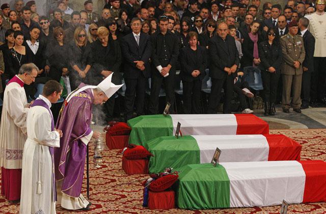Italia se paraliza para dar un emotivo adiós a los seis soldados muertos el jueves en Kabul