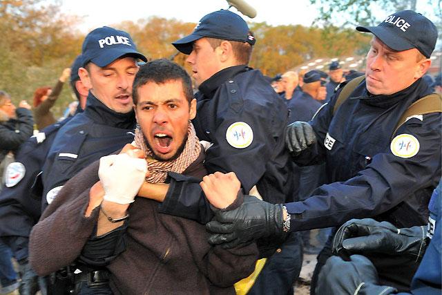 La Policía francesa desaloja un campamento de inmigrantes en Calais