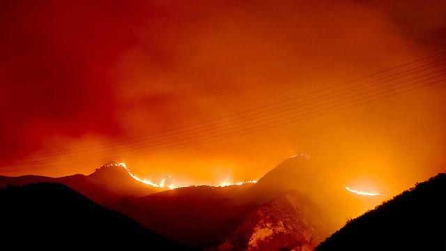 Un incendio en California amenaza a un millar de inmuebles