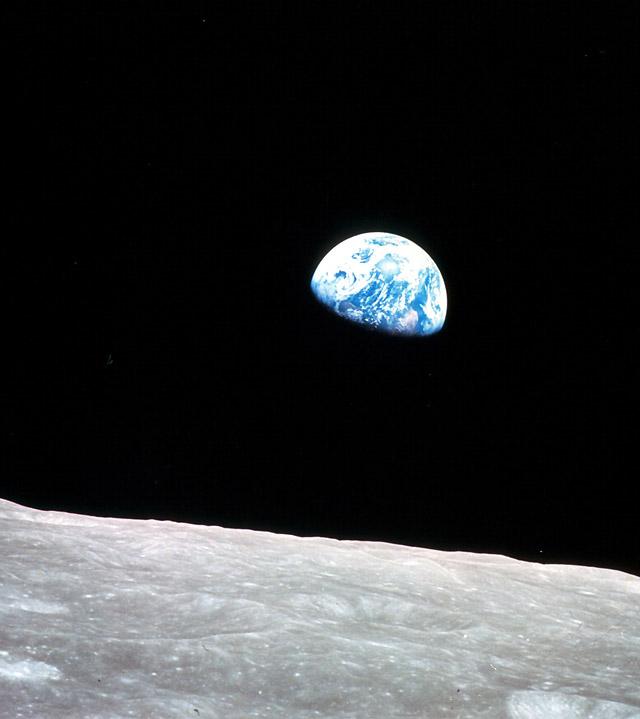 Encuentran agua en la Luna