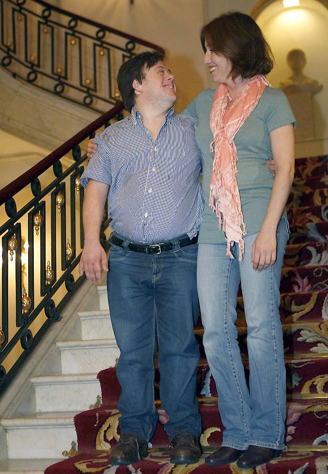 Lola Dueñas y Pablo Pineda reciben la Concha de Plata por mejores actores en 'Yo, también'