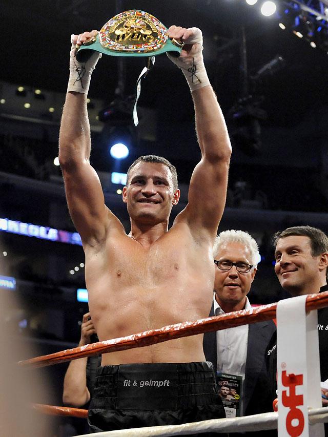 El ucraniano Vitali Klitschko retiene el cinturón de campeón del mundo de peso pesado