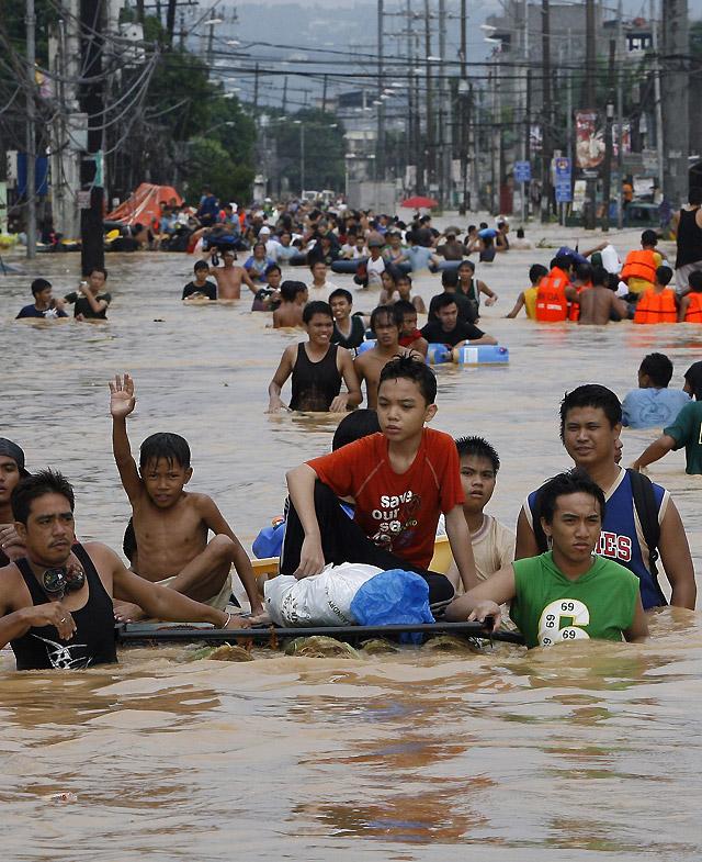 Al menos 73 muertos y 300.000 afectados por el paso del tifón 'Ketsana' por Filipinas