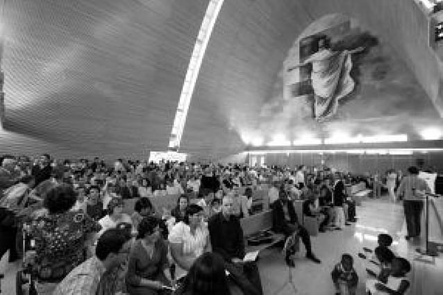 Centenares de vecinos asisten al estreno de la iglesia de Sarriguren