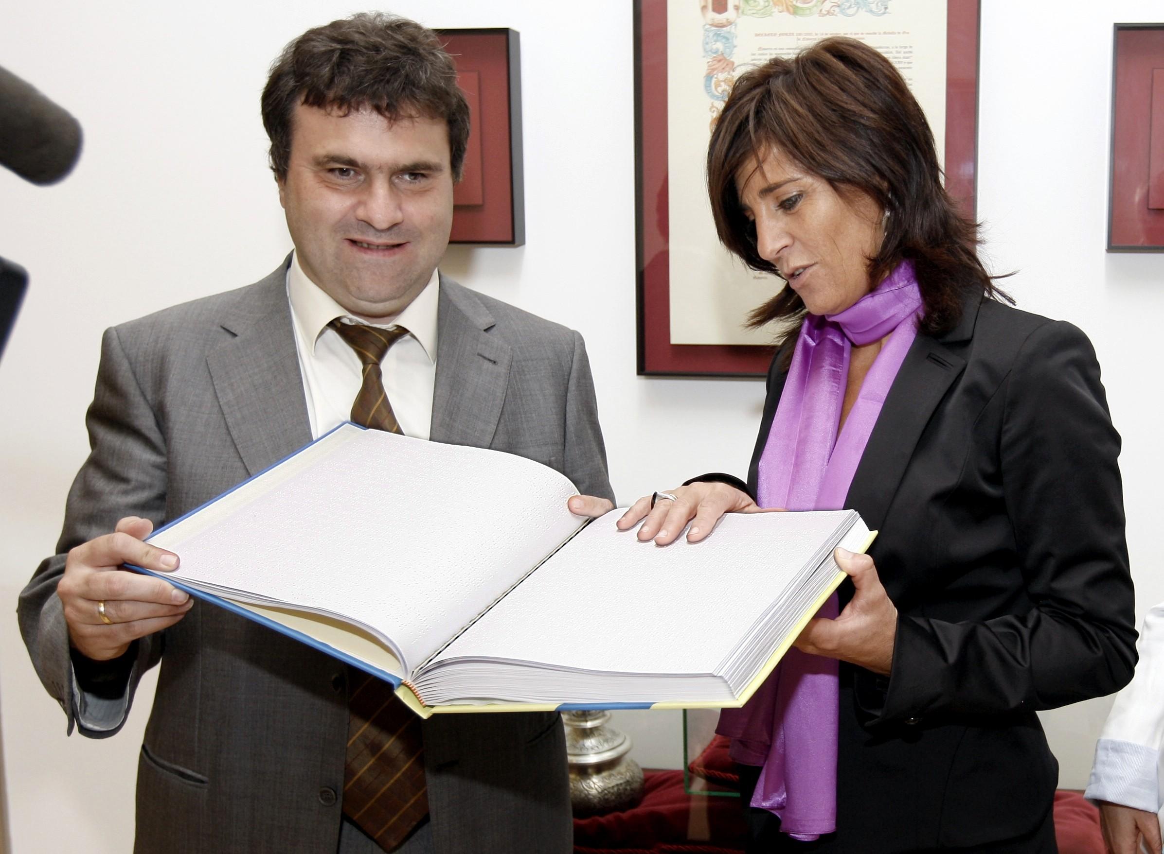 La ONCE impulsa el uso del braille en el Parlamento de Navarra