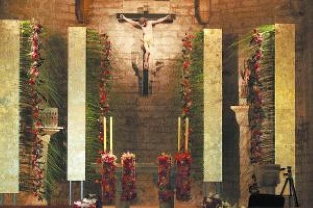 """Un """"sí, quiero"""" con flores en la iglesia de Tiebas"""