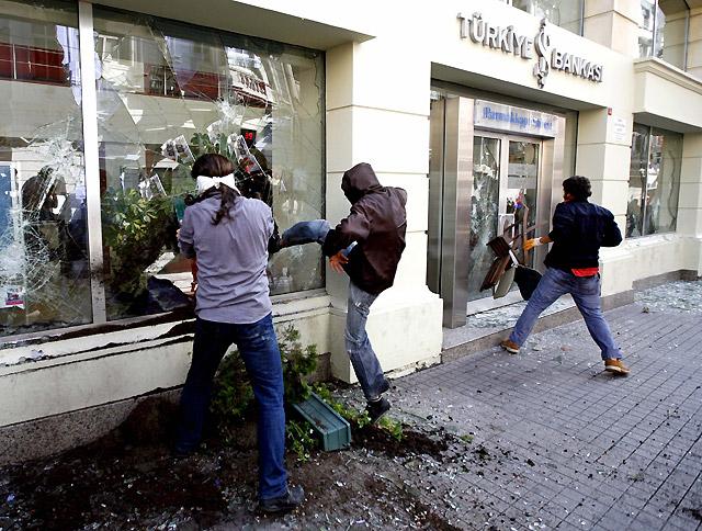 Los choques entre la policía y manifestantes anti FMI dejan un muerto y 96 detenidos