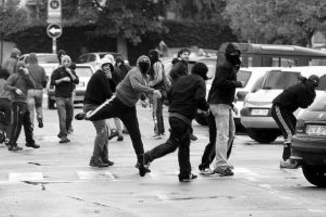 Cuatro detenidos y varias peleas tras actos de Falange y abertzales