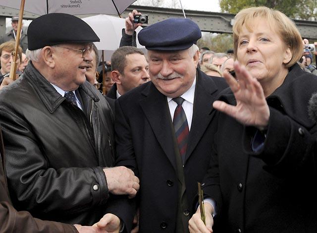 """Merkel y ciudadanos del Este reviven el paso """"al otro lado"""" en Bornholmer Str."""