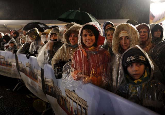 Miles de europeos celebran junto a los berlineses la caída del Muro