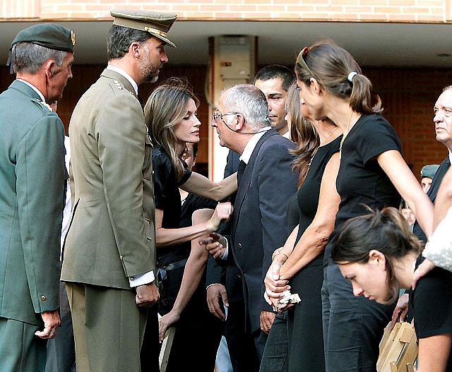 Los Príncipes presiden muy emocionados el funeral por los guardias civiles asesinados en Afganistán