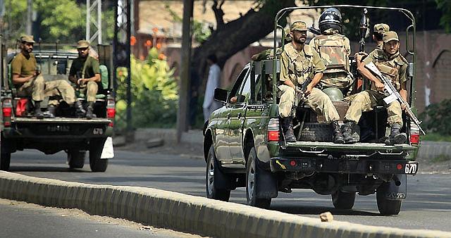 Insurgentes tienen al menos dos rehenes en un edificio militar en Peshawar