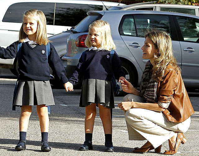 """Leonor cuida de su hermana Sofía en sus primeros días de """"cole"""""""