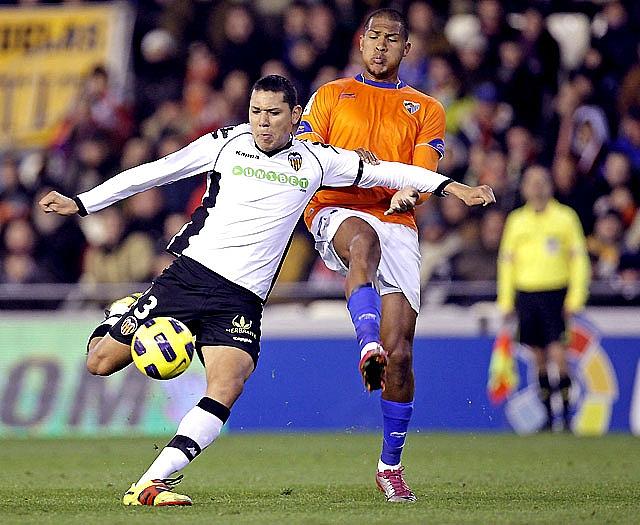 Luis Fabiano devuelve la alegría al Sevilla y hunde más al Levante (4-1)