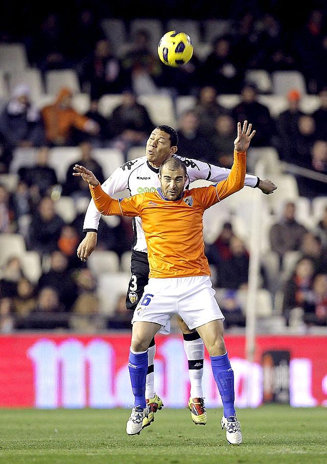 El Valencia remontó ante un buen Málaga que jugó mucho tiempo con nueve