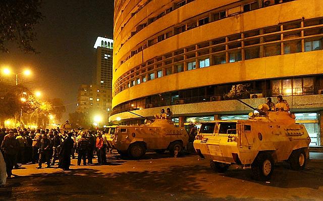 El Ejército sale a la calle y se declara el toque de queda en varias ciudades de Egipto