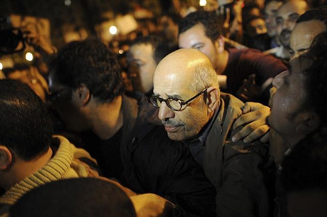 Mubarak encarga al primer ministro la tarea de recuperar la confianza económica