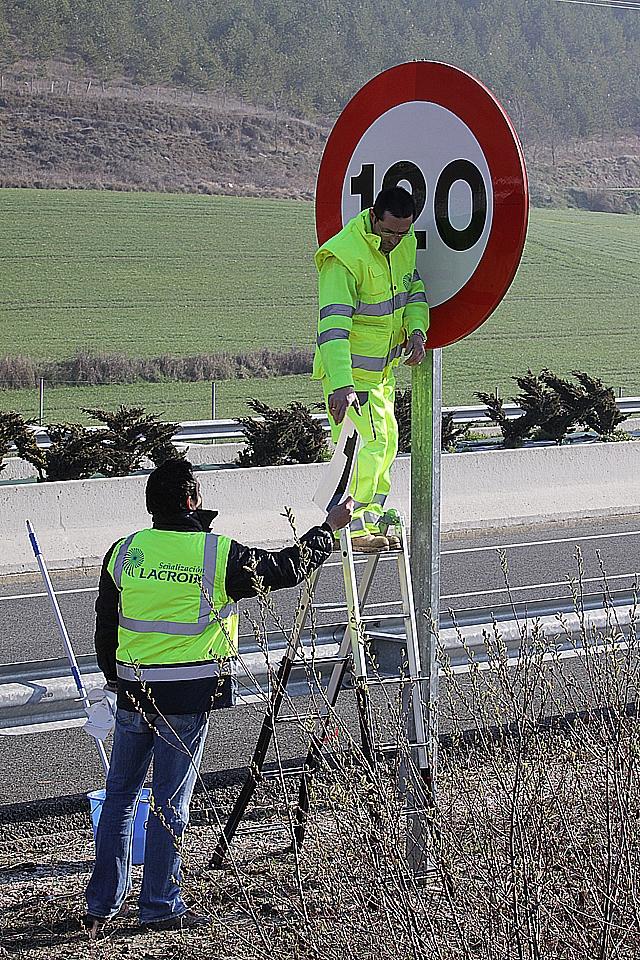 """Navarra sustituye las señales y cambia el """"2"""" de 120 por el """"1"""" de 110 km/h"""